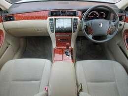 内装はベージュを基調とした明るくて清潔感のある車内です♪ウッドパネルも艶やかで高級感の有る車内になっております♪