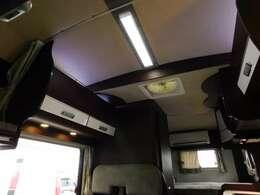 家庭用エアコン室内機は最後部となります。室外機は車両右後部下
