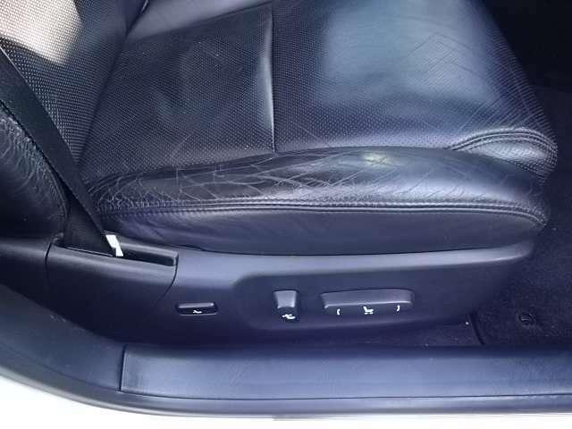 運転席のシートに乗り降りの際のヘタリ・シワがあります。