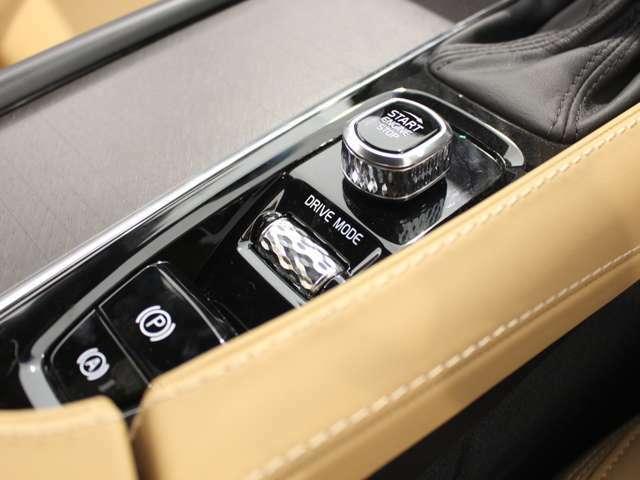 """スイッチ類が少ないダッシュボードは、シンプルでクリーンな""""スカンジナビアン・デザイン""""の雰囲気!"""