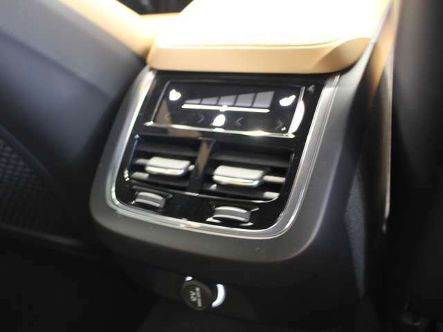 後席エアコンはタッチコントロールパネルで操作可能です!