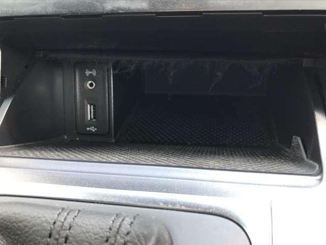 運転席中央小物入れにはUSB充電ポートもついています
