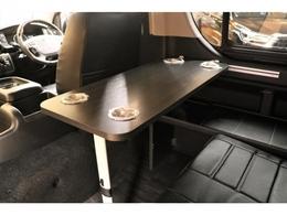 2列目シートの前には脱着式サイドテーブルの設置が可能です♪