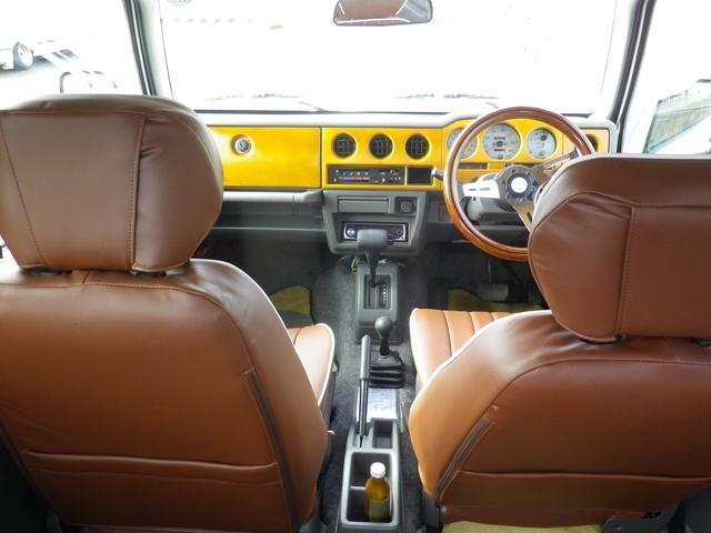 修復事故歴無し・AT・白/イエローツートン全塗装・ヴィンテージ調シート・ルーフラック・天上、ステアリングウッド・フォグランプ・2インチUP・サイドステップ・ミラー、・シエラホイール・マッドタイヤ