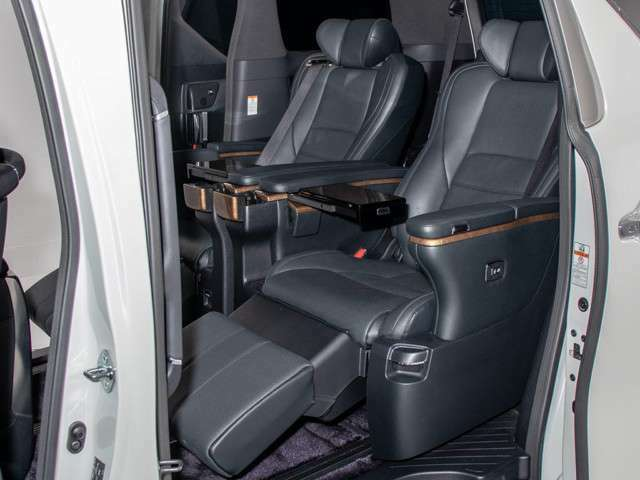 人気の純正黒本革シート装備!高級感のある幅触りや座り心地を体感して下さい!