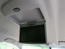 【フリップダウンモニター】天井に装着されている後席用のモニターです。ナビで流している映像をこちらのモニターでも流す機能!!お子様に大人気♪