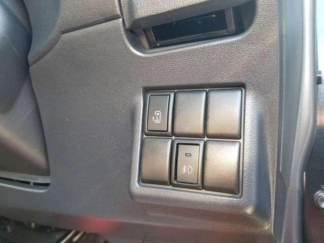 ハンドル右側に電動ドアとフォグランプスイッチがあります。