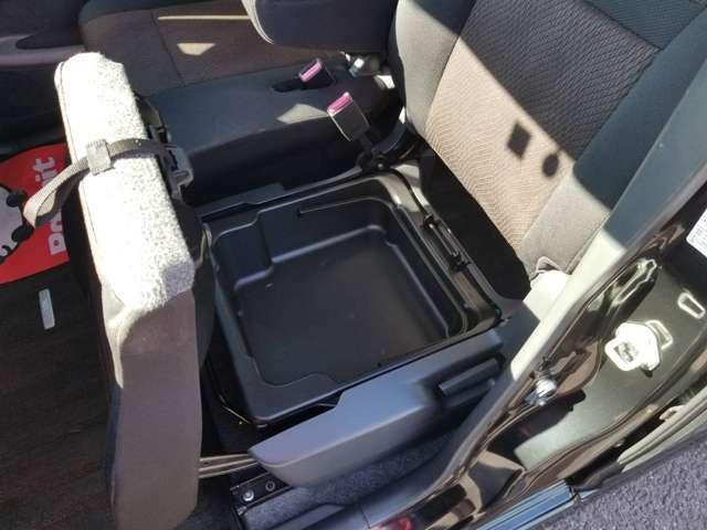 助手席シートを持ち上げると収納がありこちらのケースは片手で取り外せます。