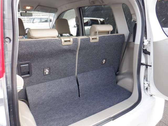 リアの荷室は、後部座席がスライドするので、必要に応じて広さが変わります!