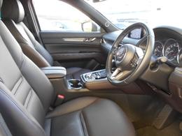 運転席・助手席はホールド感があり疲れにくいシートになっています!