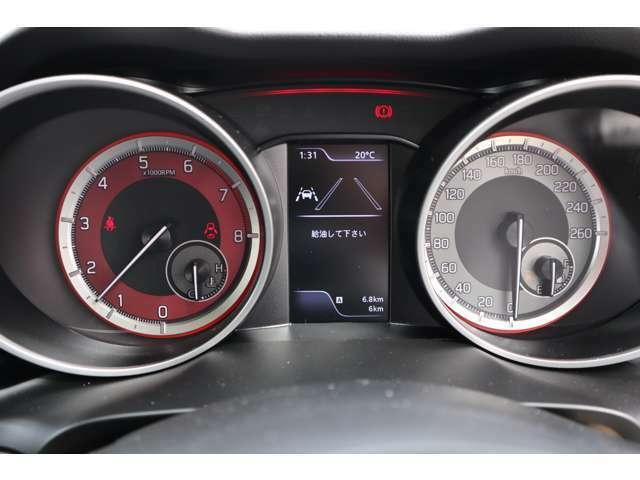 マルチインフォメーションディスプレーを搭載。燃費や走行Gパワートルク、ブースト、油温といった情報をグラフィカルに表示しドライバーに正確かつ直観てきにつたえます