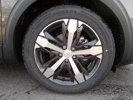 助手席側フロントタイヤです。タイヤサイズは フロント、リアともに225/55R18 です。純正アルミホイ-ル装着です。タイヤはコンチネンタルです。