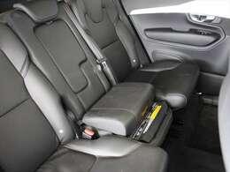 セカンドシートの中央はインテグレーテッドチャイルドシート仕様です 座面を持ち上げることでチャイルドシートとして使用できます