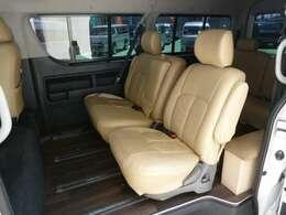 リアシートはエスティマのセカンドシートを設置し、スライドシートを実現しています!乗車定員は10人乗りをキープしておりますので車検もそのままOKです。