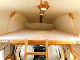 折り畳み式バンクベッド 展開時サイズ 長さ202cm幅164cm 大人3名が縦に就寝可能です。
