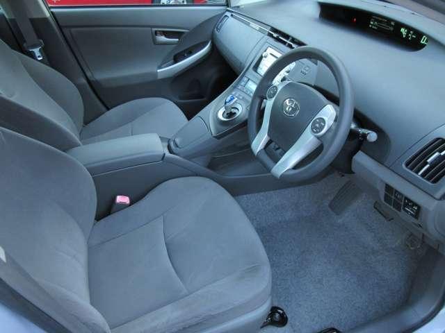 運転席は広々としており窮屈感等のストレスを感じることなく運転することが出来ます♪運転席と助手席の間には収納空間があり、小物を置いておくのにとても便利です♪