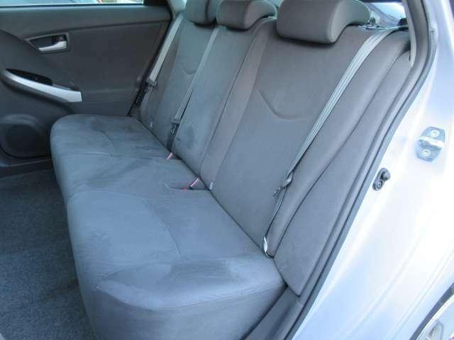 後部座席のシートは足元広々♪座面も大きく座り心地も良好ですので後席にお乗りになられる方もリラックスしてお座り頂けます♪