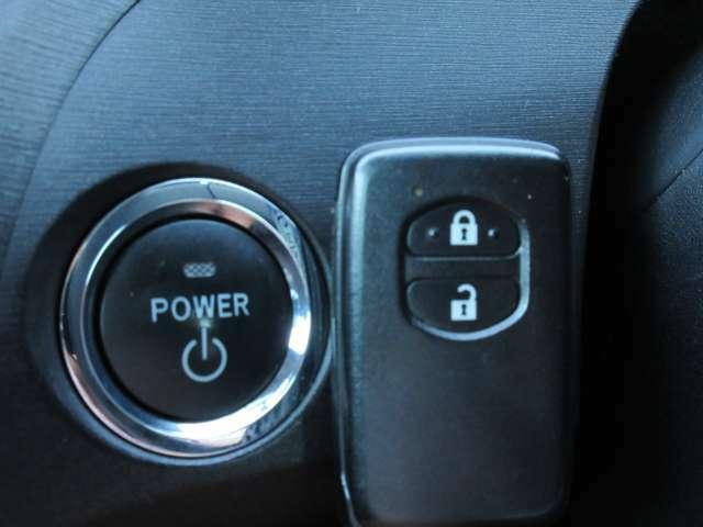 スマートキーが装備されておりますのでカバンやポケットの中など持っていればドアのロックやアンロック、エンジンスタートなどが可能です♪