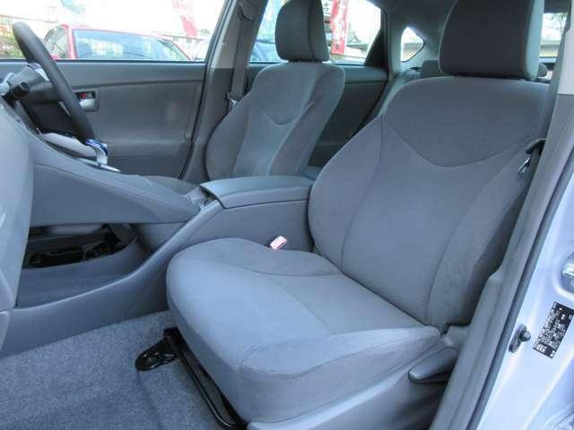 運転席と助手席のシートには目立つ擦れやキズ等もなくキレイな状態です♪シートのクッション性も良く座り心地も良好です♪コンソールボックスは肘掛けにもなり小物入れも装備されております♪
