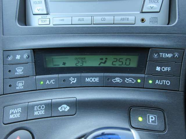 エアコンはオートエアコン♪パネルやスイッチ類には汚れやキズ等も少なくキレイな状態です♪