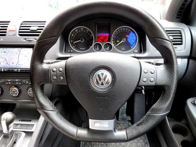 忘れかけていた大人ゴコロを擽り、シートに座った瞬間にその気にさせてくれる…300キロブルーライトメーターパネル。エンジンをゆっくり作動すると、VWが提案した…伝説のホットハッチが目を覚まします。