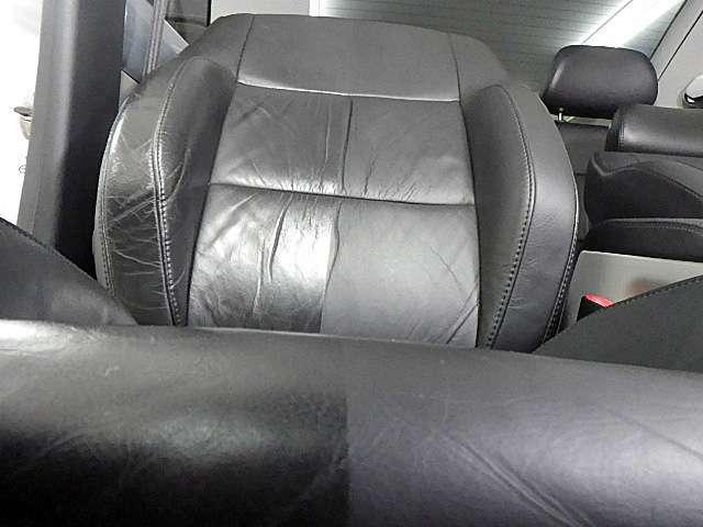 レザーシートの施工例です。手前がクリーニング前、クリーニング後の歴然の違いを是非ご覧ください。