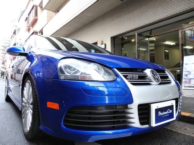 眼にも鮮やかなブルーパールを身に纏い、グラマラスなボディにフルタイム4WD、3.2リットル挟角V型6気筒DOHCエンジンを搭載した…初代R32。。VW往年のハイパフォーマンススポーツハッチモデルです。