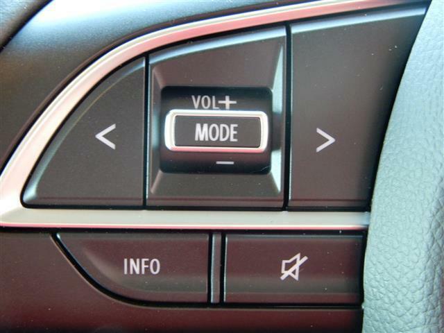 ナビの操作をハンドルのボタンで調節できます。