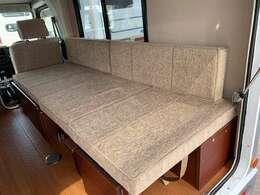 横乗りのロングソファータイプなので、疲れたらすぐ横になれます!