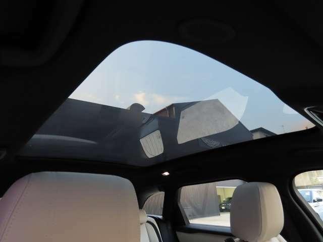 【パノラミックルーフ メーカーオプション参考価格¥291,000-.】後席まで広がる開口部!電動シェードを開ければ陽の光射し込む素敵な車内空間を提供。