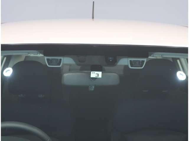 【プリクラッシュセーフティ】ぶつからないをサポートする、衝突被害軽減ブレーキ。レーダーとカメラで前方の車両や歩行者を検出し、警報ブザーとディスプレイ表示で衝突の可能性を知らせてくれます。