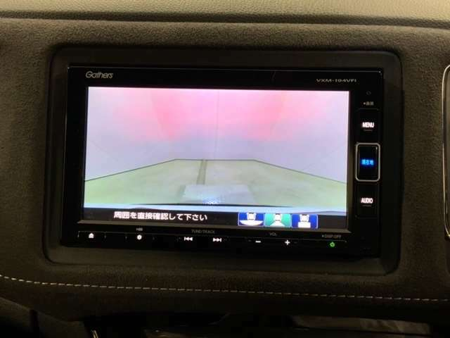 ガイドライン付きのリアワイドカメラで、車庫入れも安心です。