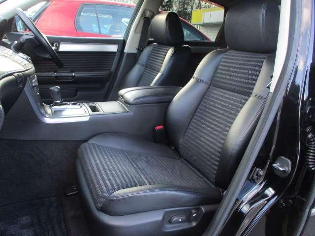 運転席・助手席共にハーフレザーシートには目立つ擦れやキズ等もなくキレイな状態です♪中央部コンソールボックスはドリンクホルダーや収納付きの肘掛けが完備されております♪