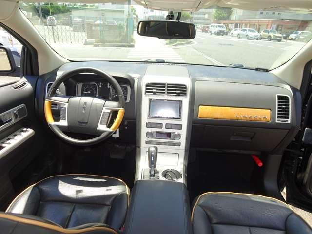 ブラックレザーとウッドパネルが落ち着いた雰囲気の高級感のある車内です。パワーシート シートヒーター ベンチレーション HDDナビ バックカメラ フルセグTV ETC車載器も付いています。