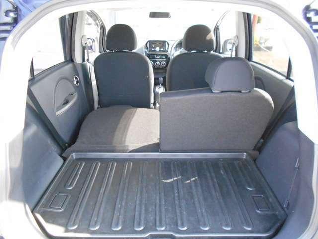 後席シートが5:5に分割となり乗車スペースも確保しながら長い荷物も積み込めます!トレー付きですよ。