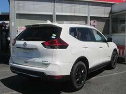 外装色:ブリリアントホワイトパールPMです。当社が試乗車及び社有車として使用した車です。新車保証も継承してお渡します。