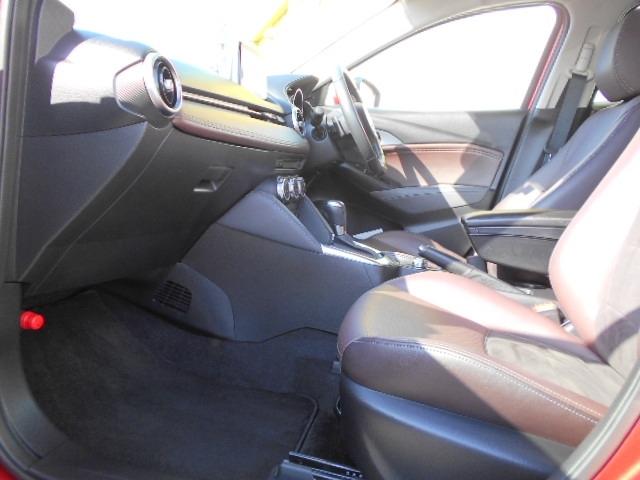 身体をしっかりと支えてくれるフロントシート!適度なタイト感で座り心地も良いですよ!