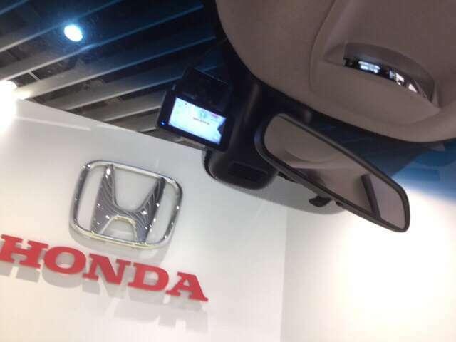 先進の安全運転支援システムHonda SENSING付です。衝突を予測してブレーキをかけたり、 前のクルマとちょうどいい距離でついていったりできる多彩な安心・快適機能を搭載した先進の安全運転支援システムです。