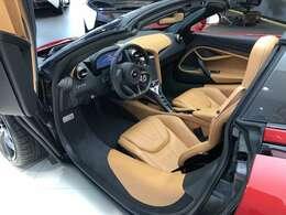運転席が車両中央に寄っているため左ハンドルでも思いのほか馴染みやすい。