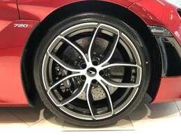 オプションの軽量な鍛造ホイール、仕上げはサテンダイヤモンドカット。