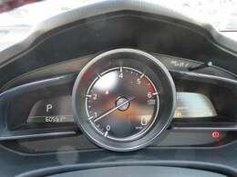 スピードメーターとタコメーターを中央に配置した視認性の高いデザイン。