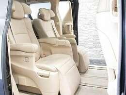 エグゼクティブシートはセカンドシートは個別シートになっています。左右に肘置きがあり、フィット感がとてもあり、車が左右に曲がるときでも身体が揺られることが少ないです。