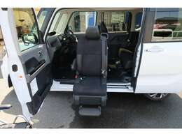 助手席が電動で車外にでてきますので車いすからの移動や足腰の悪い方でも負担が少なく座席に座ることができます!