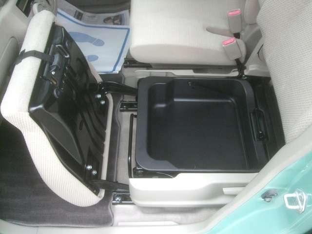 助手席シート下にも収納スペース有ります