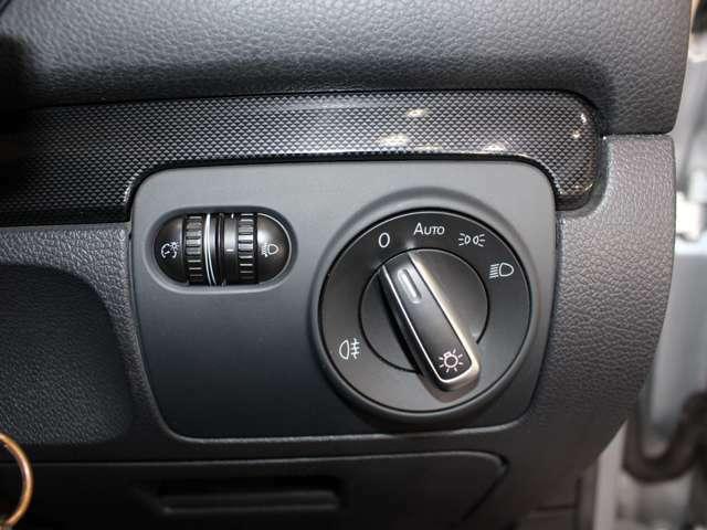オートライト付きです。トンネル内など暗くなれば自動でライトが点灯し明るくなれば自動で消えます。