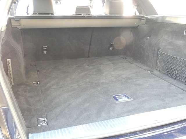 高さ・幅・奥行き共に十分なスペースを確保したラゲッジスペースになります!ゴルフバッグやスーツケースも容易に積み込む事が出来ます!また、開閉が容易なオートテールゲートも採用されています!