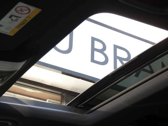 車内に光を取り入れ明るく開放的に演出するパノラミックガラススライディングルーフを採用!状況に応じてチルトアップ&スライドの2パターンでご使用頂けます!!TEL:047-390-1919
