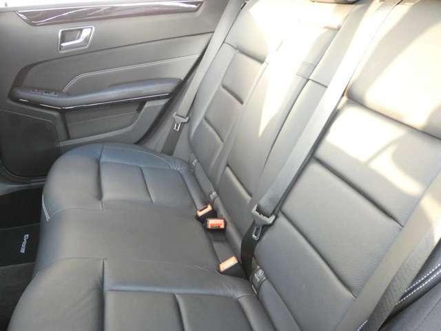 足元にも余裕があり大人がゆったりと寛ぐ事が可能なリアシートになります!プライバシーの保護や紫外線から身を守るリアプライバシーガラスを採用しています!TEL:047-390-1919