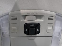 両側パワースライドドア搭載!!スマートキーからでもドア開閉が可能となり、手荷物一杯でも快適にお乗り頂けます!!さらにパワーバックドアも同時搭載しております!!スイッチ一つでドア開閉が可能となります!!