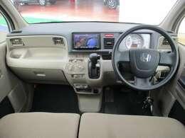 ベンチシートなので運転席から助手席への移動がスムーズです。
